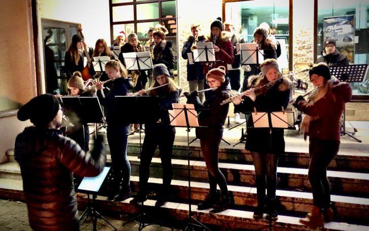 Jugendorchester spielt Weihnachtslieder